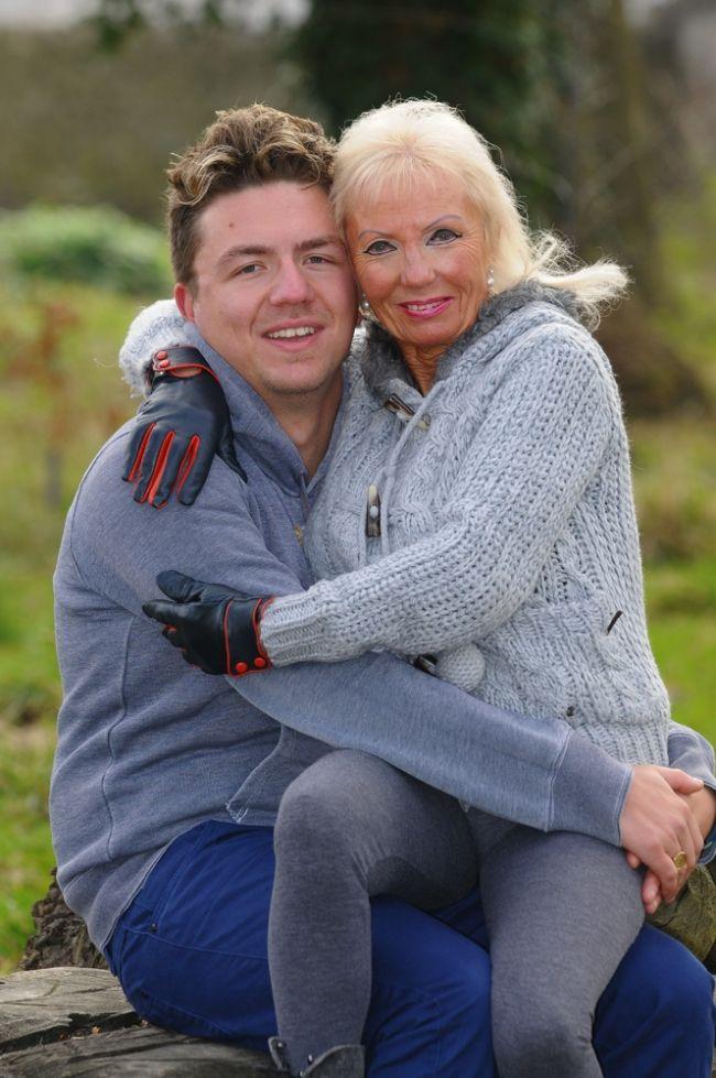 Így néz ki, ha egy 29 éves férfi összejön egy 67 éves nővel! Felkavaró fotók
