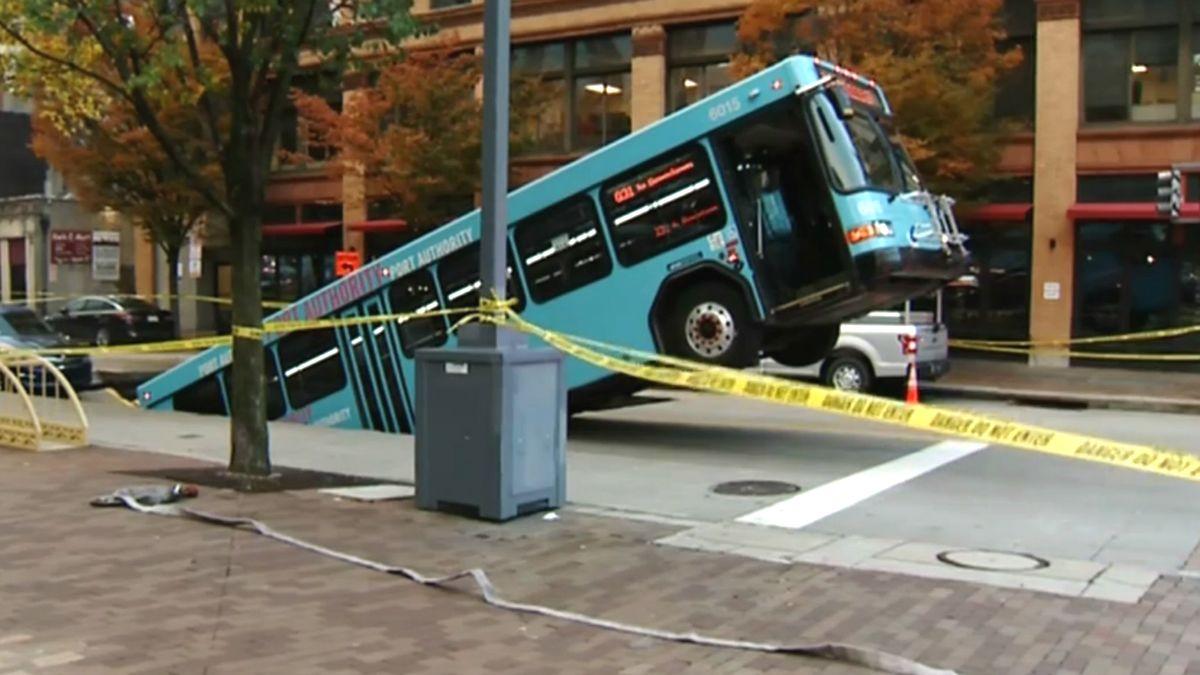 Elnyelt a föld egy buszt Pittsburgh-ben