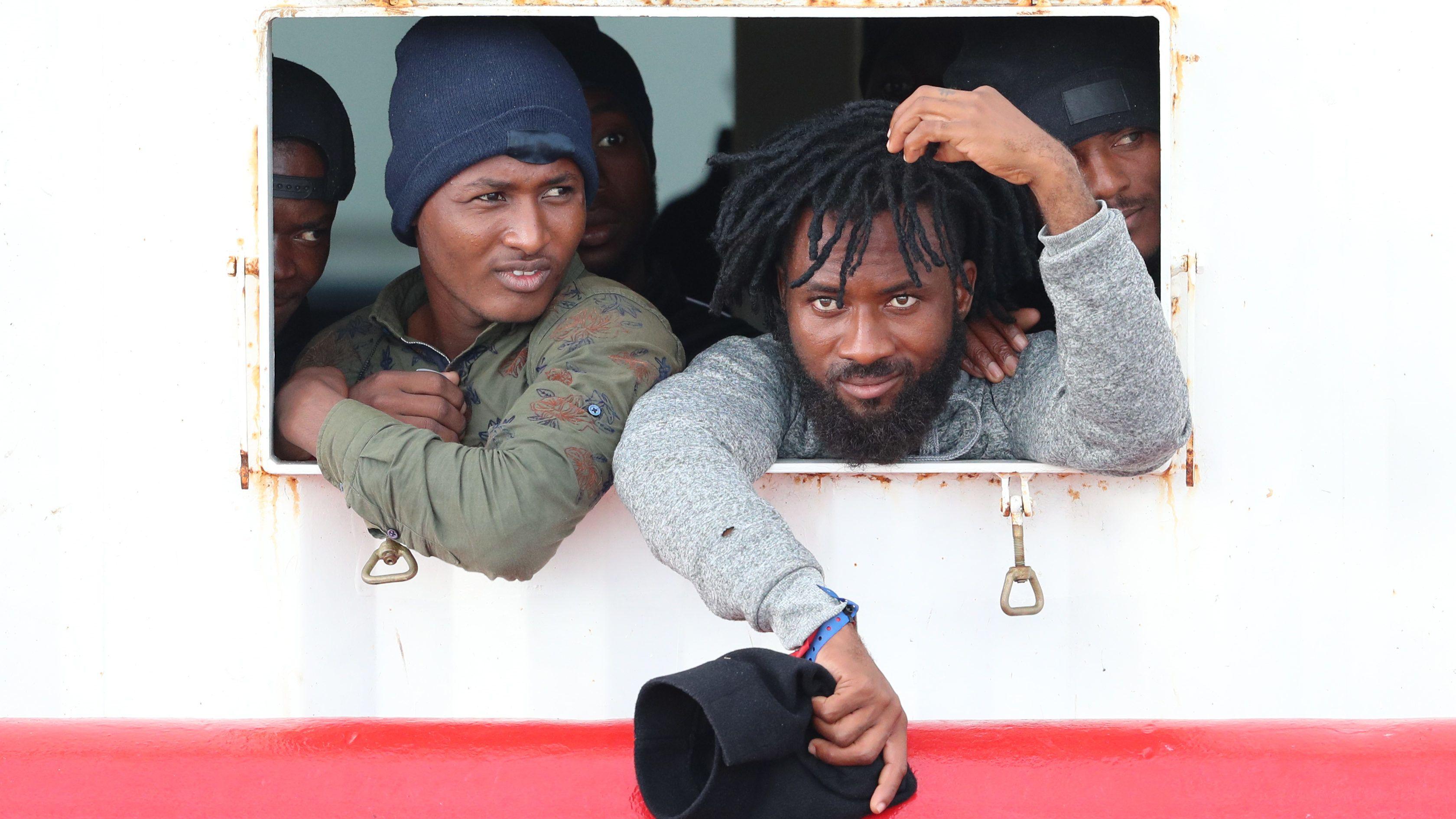 Kiköthet az olasz partoknál több mint négyszáz migránssal az Ocean Viking