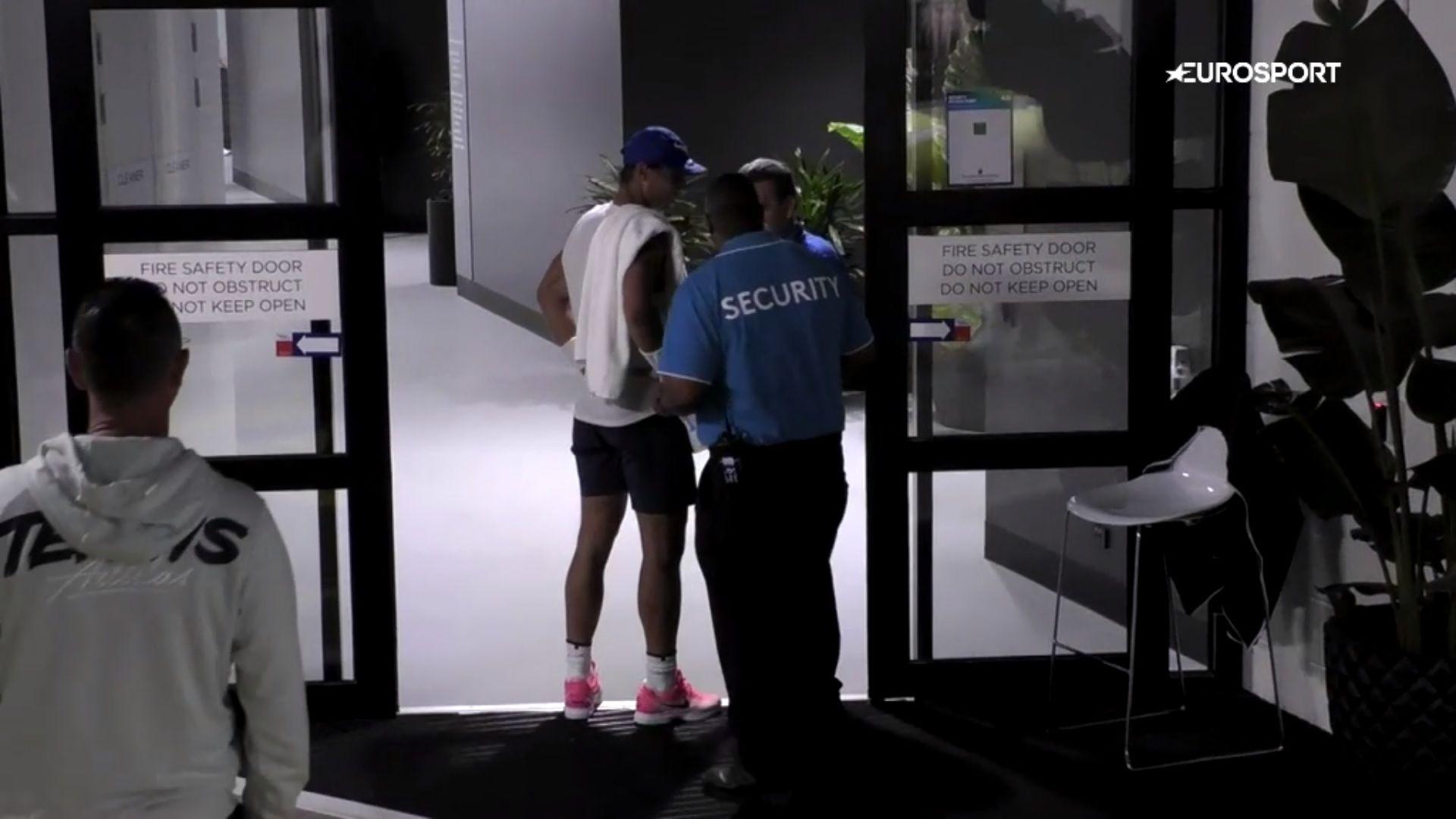 Nadal a meccsére ment, de fennakadt egy biztonsági őrön