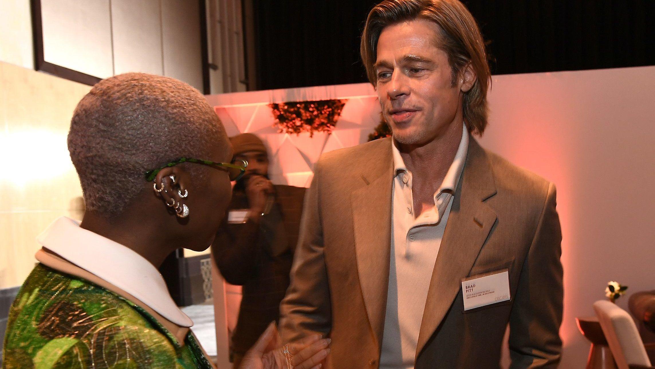 Brad Pitt névtáblát viselt az Oscar előtti közös kajáláson