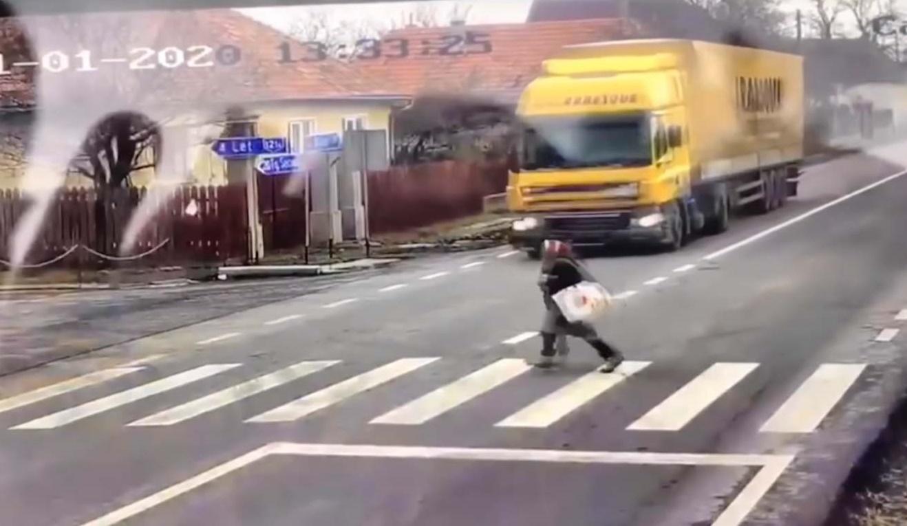 Döbbenetes videón, ahogy kamion elé szalad egy idős nő Erdélyben