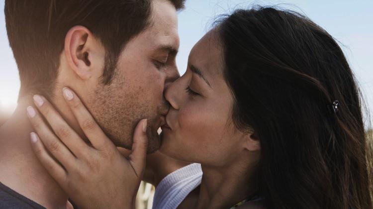 Veszélyes-e járvány idején csókolózni?