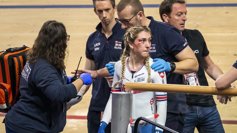 Törött vállal kezdte a versenyt a női bringás, vérző fejjel fejezte be