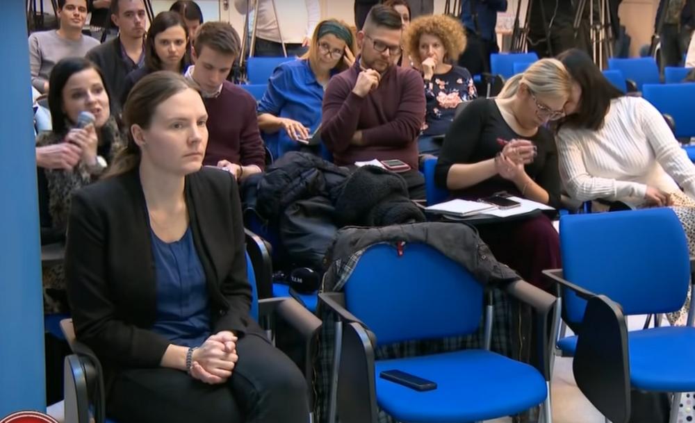 Kérdés közben rángatták ki a mikrofont az RTL riporterének kezéből a koronavírus-sajtótájékoztatón